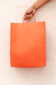 Saco de compras de close-up, segurando à mão