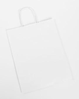Saco de compras de papel branco em fundo branco
