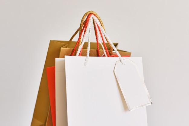 Saco de compras de papel colorido em branco, close-up