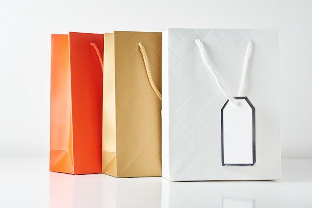 Saco de compras de papel colorido três em branco