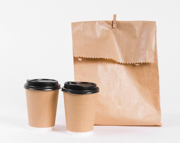 Saco de compras de papel e xícaras de café para viagem