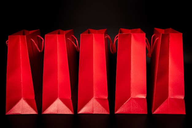 Saco de compras de papel vermelho em branco com fundo preto