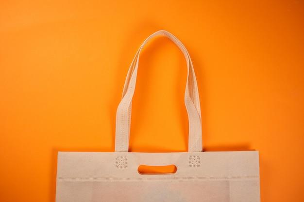 Saco de compras de tecido têxtil em laranja. ajuda ao consumidor.