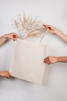 Saco de compras eco artesanal de algodão maquete em saco branco de mão feito de materiais reciclados em isolat branco ...