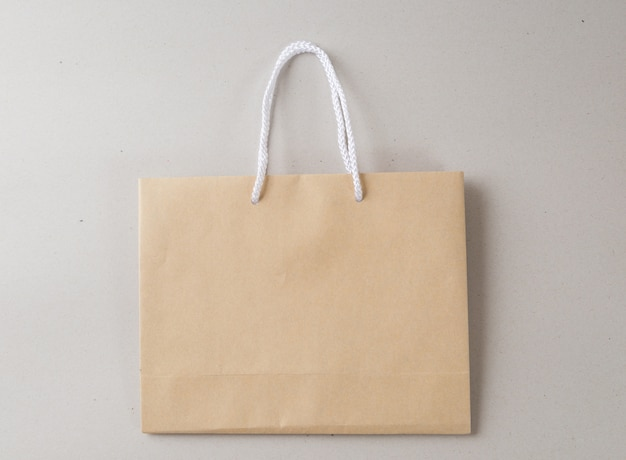 Saco de compras marrom um fundo branco e espaço de cópia para texto simples ou produto
