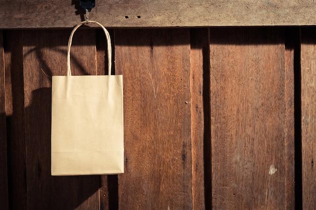 Saco de compras pendurado na parede de madeira