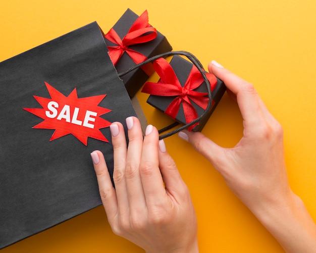 Saco de compras preto e caixas de presente