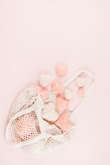 Saco de compras reutilizável com corações de malha rosa
