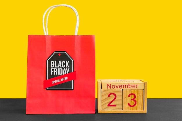 Saco de compras vermelho com inscrição de sexta-feira negra