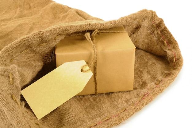 Saco de correio com pacote de papel pardo e etiqueta
