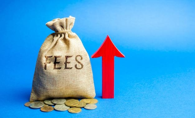 Saco de dinheiro com a palavra taxas e seta para cima. conceito de aumento de dever.