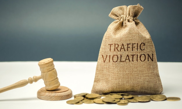 Saco de dinheiro com a palavra violação de tráfego