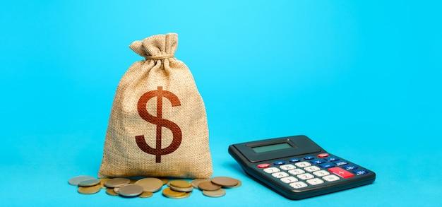 Saco de dinheiro do dólar e calculadora. conceito de contabilidade. análise da seleção de empréstimos. orçamentação. renda