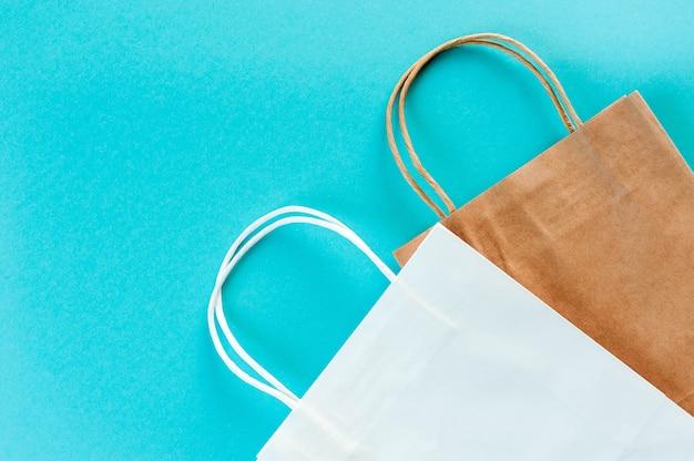 Saco de embalagem em fundo turquesa. embalagem ecológica para fazer compras.