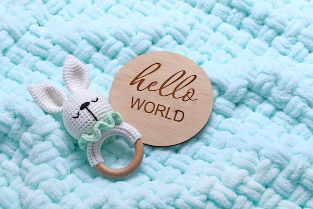 Saco de feijão de brinquedo de madeira eco para bebê tablete de madeira hello world em fundo xadrez macio de hortelãvista superior