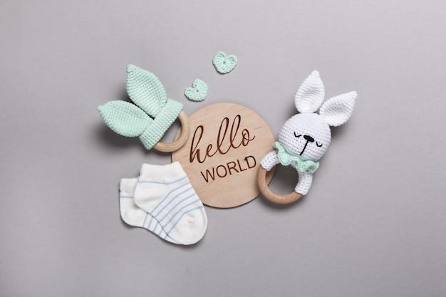 Saco de feijão de brinquedos de madeira ecológico de bebê e meias teethersbaby tablet de madeira hello world em fundo cinza