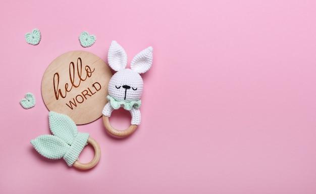 Saco de feijão de brinquedos de madeira ecológico de bebê e tablet de madeira de mordedores hello world em fundo rosa