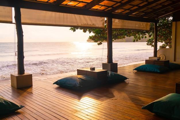 Saco de feijão na varanda com praia ao nascer ou pôr do sol