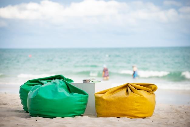 Saco de feijão ou sofá e mesa para restaurante na praia