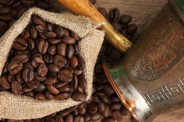 Saco de grãos de café e uma cafeteira