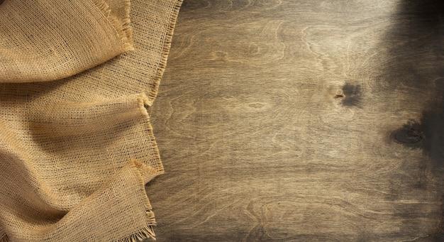 Saco de juta de serapilheira em fundo de madeira