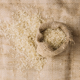 Saco de linho com arroz