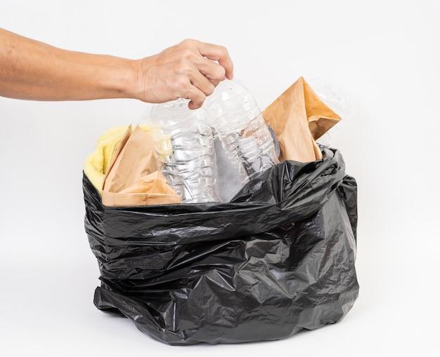 Saco de lixo com reciclagem de lixo no fundo branco