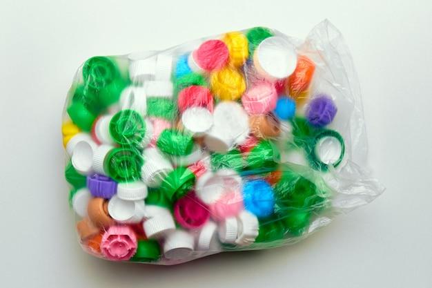 Saco de lixo de polietileno com tampas plásticas de cores diferentes