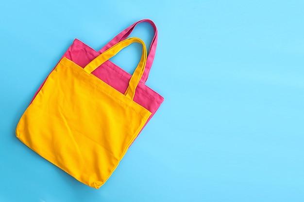 Saco de lona ou saco de pano feito de materiais naturais com fundo azul.