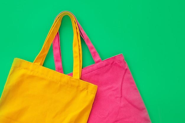 Saco de lona ou saco de pano feito de materiais naturais com fundo verde. idéias para reduzir sacos de plástico.