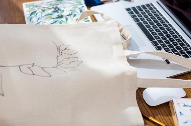 Saco de lona pintada à mão close-up