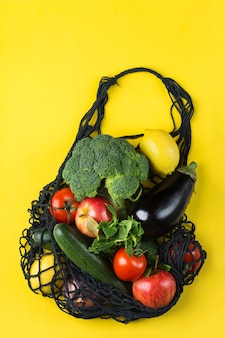 Saco de malha com frutas, vegetais, zero desperdício de plástico, conceito grátis