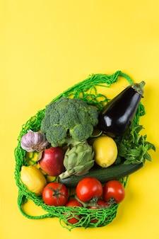 Saco de malha com vegetais sem resíduos de plástico conceito