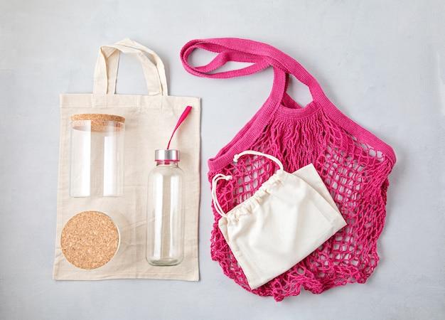 Saco de malha de algodão, recipientes de vidro reutilizáveis e garrafa de água