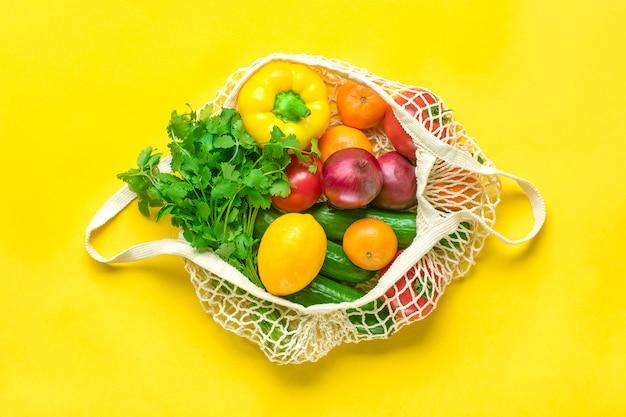 Saco de malha eco completo de diferentes alimentos saudáveis