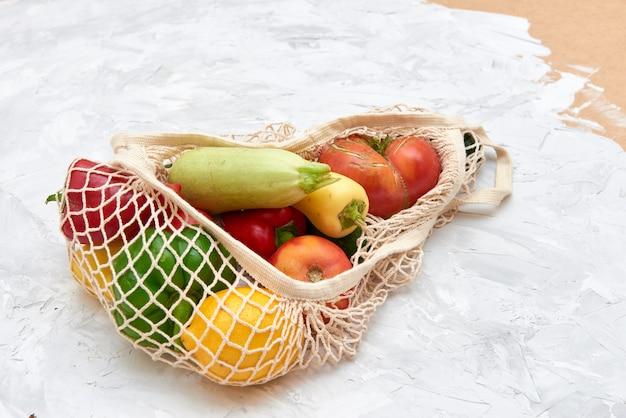Saco de malha ecológico com frutas e vegetais. vista do topo. sem plástico