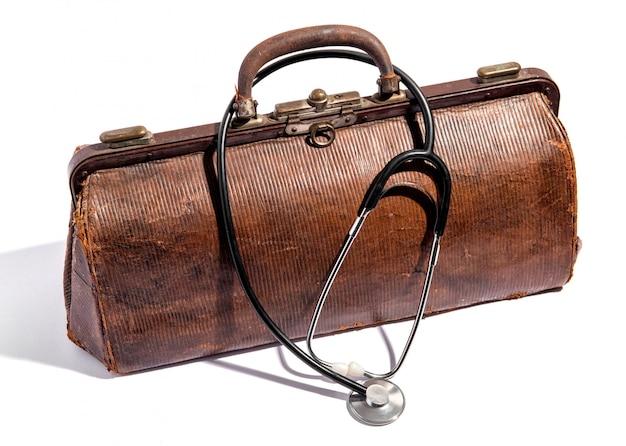 Saco de médicos de couro agredidas velho e estetoscópio