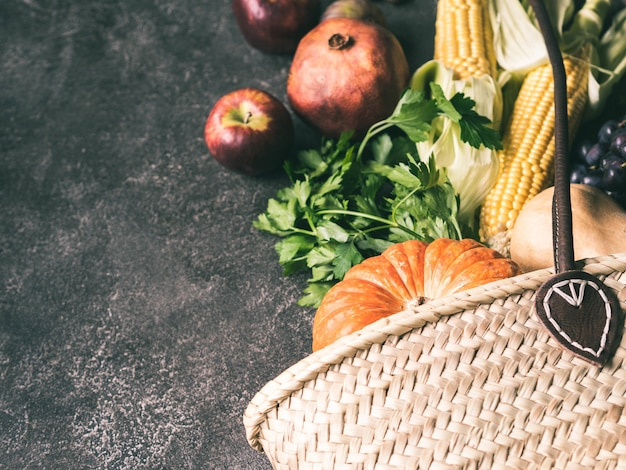 Saco de palha e frutas e legumes naturais frescos.