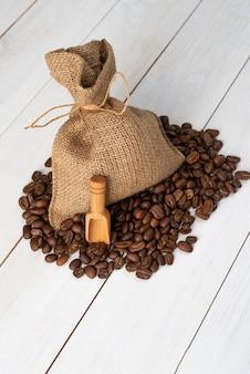 Saco de pano com grãos de café