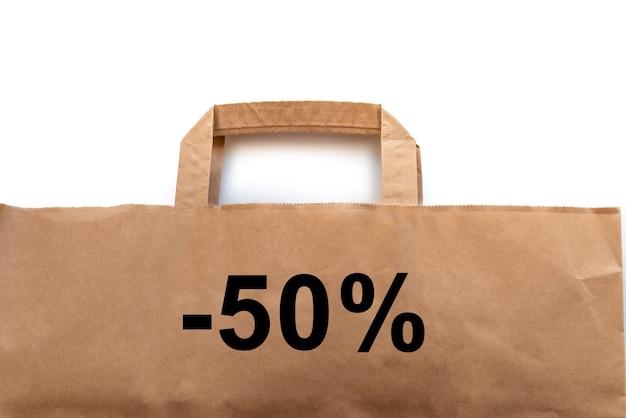 Saco de papel artesanal marrom para embalagem de alimentos em fundo branco com a inscrição -50%. por cento, conceito comercial.