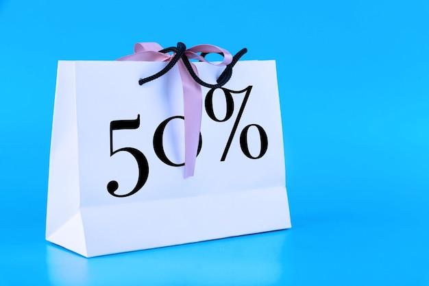 Saco de papel branco, sacola de compras com texto de 50 por cento