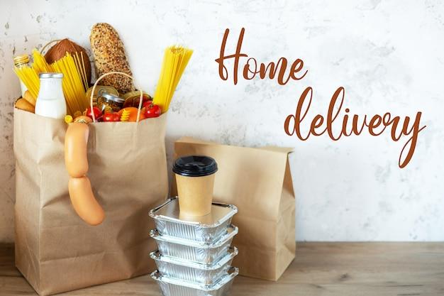 Saco de papel cheio com alimentos saudáveis. fundo de alimentos saudáveis. conceito de comida de supermercado. leite, queijo, pão, frutas, legumes, abacates, abacaxi e espaguete. compras no supermercado.