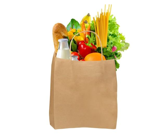 Saco de papel com alimentos frescos e saudáveis isolados no fundo branco