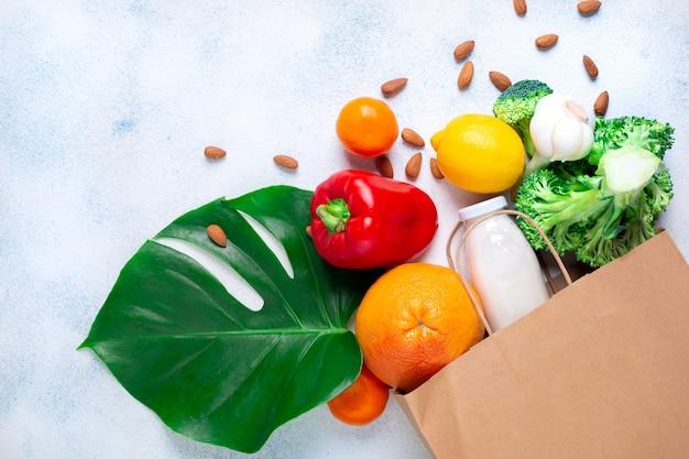 Saco de papel com comida saudável. produtos para aumentar a imunidade.