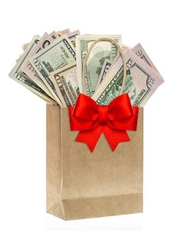 Saco de papel com dólares americanos e decoração de laço de ribon vermelho conceito de compras de natal