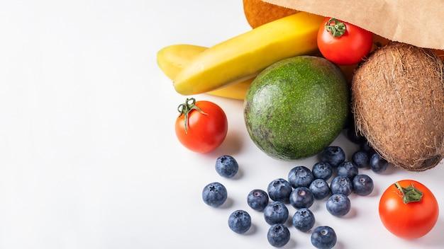 Saco de papel com frutas e legumes