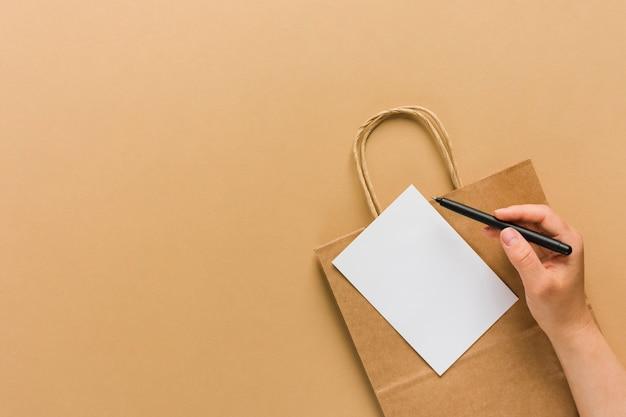 Saco de papel com papel em branco