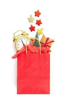 Saco de papel com presentes de natal, árvore de natal e decoração