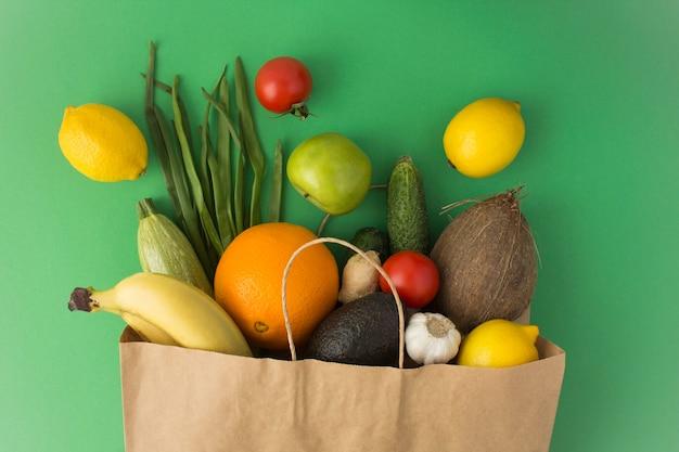 Saco de papel com vegetais e frutas