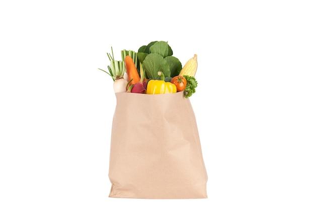 Saco de papel com vegetais frescos de mercearia saudáveis isolados na wh